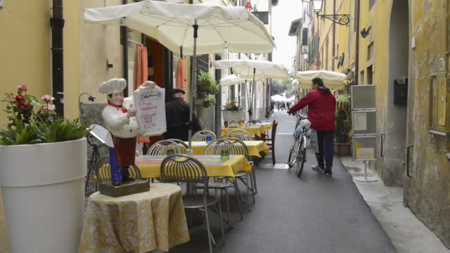 ms restaurant tables in street restaurant in old town lane / pisa, tuscany, italy - male likeness stock videos & royalty-free footage