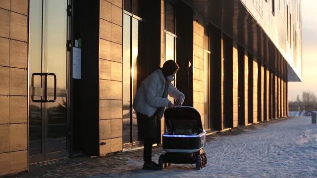 vidéos et rushes de restaurant worker placing food order in hatch of yondex.rover, autonomous delivery robot. yandex nv, russia's largest internet company, is rolling... - essai de voiture
