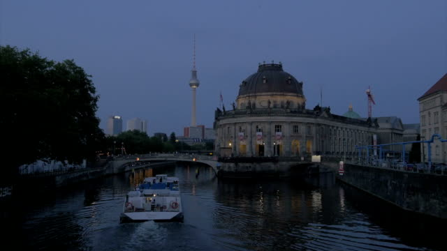 Restaurant,river Spree,Boats,Evening time