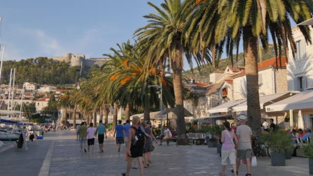 vídeos y material grabado en eventos de stock de restaurants along harbourside promenade and fortress, hvar, hvar island, dalmatia, croatia, europe - región de dalmacia croacia