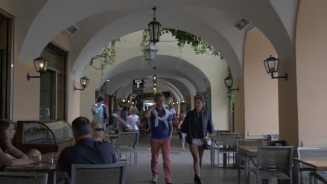 vídeos de stock, filmes e b-roll de restaurants in lakeside town of bellagio, bellagio, lake como, lombardy, italian lakes, italy, europe - ponto de vista de caminhada