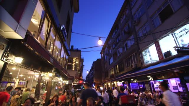 vídeos y material grabado en eventos de stock de restaurants streetside at dusk, people eating in istanbul - wiese