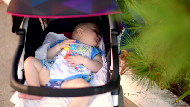 rustgevende slaap van kleine baby