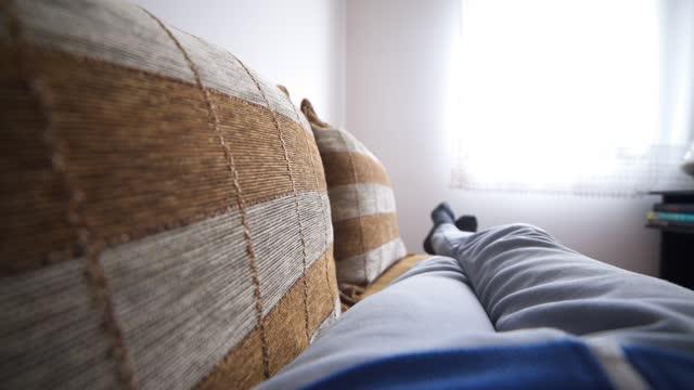 vídeos y material grabado en eventos de stock de descansar en casa pov - perspectiva personal