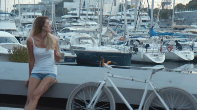 vídeos de stock e filmes b-roll de resting at marina bay  (slow motion) - marina
