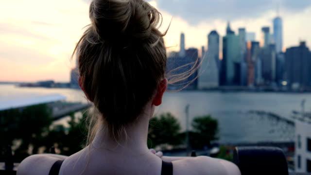vídeos de stock, filmes e b-roll de descansando o corredor feminino (fundo de nova york) - coque cabelo para cima