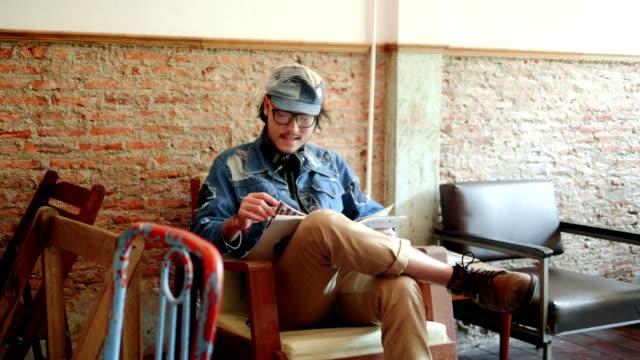雑誌を読んでいる間に休んで - 雑誌点の映像素材/bロール
