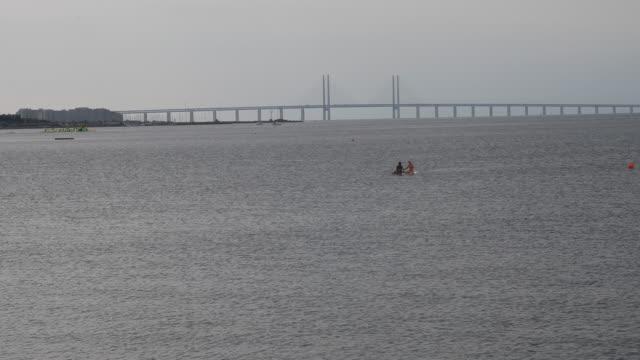 vídeos y material grabado en eventos de stock de øresund bridge - puente de oresund