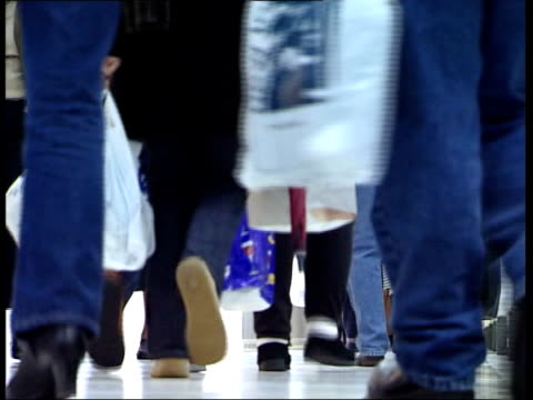 stockvideo's en b-roll-footage met christmas present spending; cf tape no longer available itn england: nottingham: int gv santa's grotto tilt down bv small girl chatting with father... - shopping centre