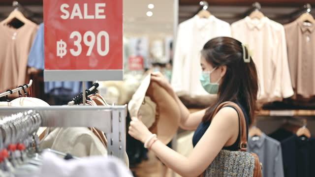 stockvideo's en b-roll-footage met detailhandel uitverkoop 50% - 80% kleding in covid-19 crisis - adn