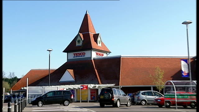 tesco supermarket general views england berkshire warfield ext general views tesco supermarket exterior car park signage general views tesco food... - tesco点の映像素材/bロール