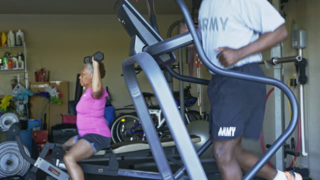 vídeos de stock e filmes b-roll de retired black couple working out in home gymnasium - aperfeiçoamento pessoal