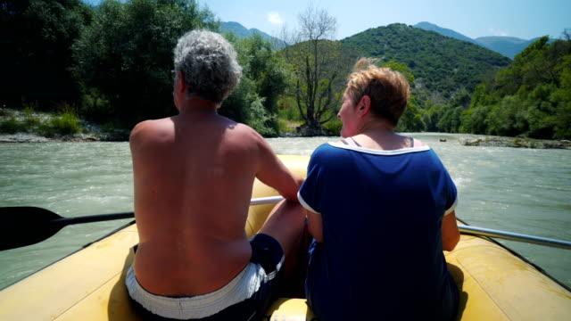 pensionerat par åtnjuter sin fritid på floden - kanotsport bildbanksvideor och videomaterial från bakom kulisserna