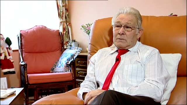 vídeos de stock e filmes b-roll de retired postman receives new bionic knuckles england hampshire int roy carter interview sot on how his arthritis affected his life / what his doctor... - artrite