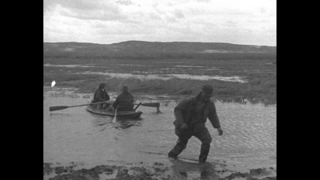 retired us general john pershing and us vice president charles dawes get into a canoe move into a marshy area with cut reeds / they have lunch /... - privatfahrzeug stock-videos und b-roll-filmmaterial