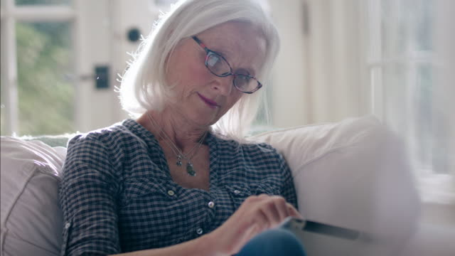 stockvideo's en b-roll-footage met retirees at home - ipad
