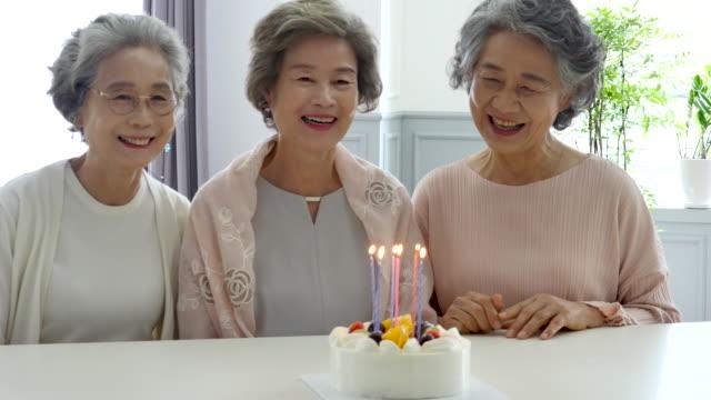 vídeos y material grabado en eventos de stock de retirement community - senior adults celebrating birthday - coreano oriental