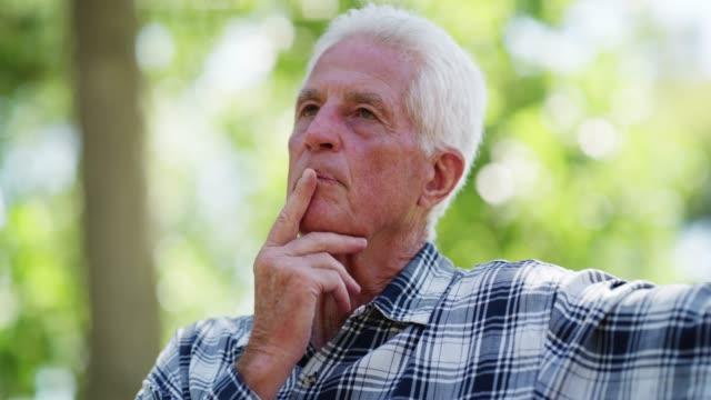 ruhestand ist zeit zum nachdenken - one senior man only stock-videos und b-roll-filmmaterial
