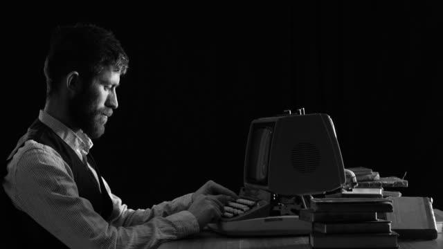 vídeos de stock, filmes e b-roll de retrô futurista retrato de homem usando computador - computador desktop