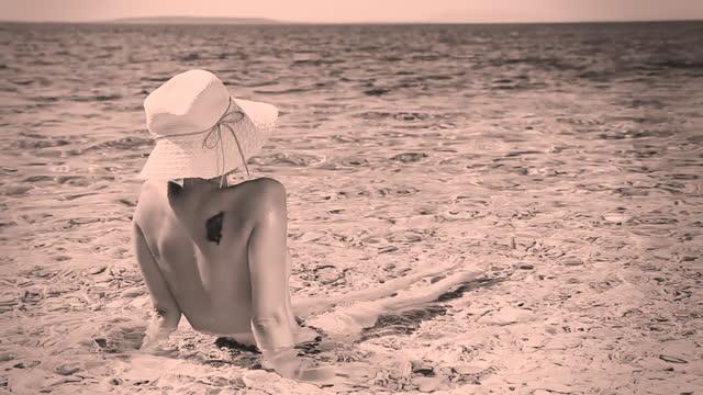 stockvideo's en b-roll-footage met hd: retro look of a woman in shallow water - kleurtoon