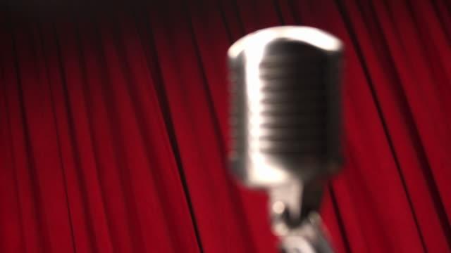 HD: Retro-Mikrofon mit roten Vorhang