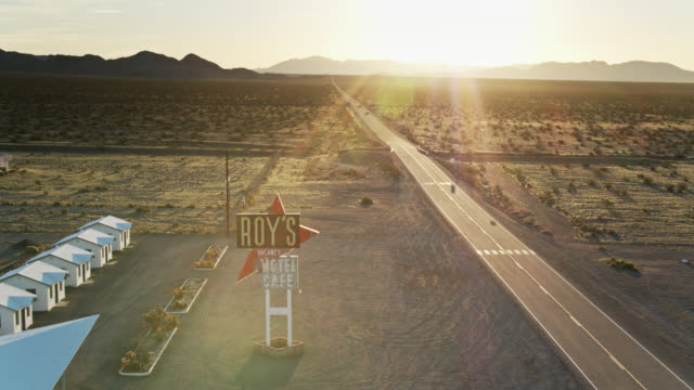 retro motel sign in amboy, ca - drone shot - zweispurige strecke stock-videos und b-roll-filmmaterial