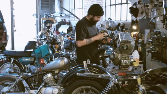 vídeos y material grabado en eventos de stock de mecánico de motos retro - accesorio de cabeza