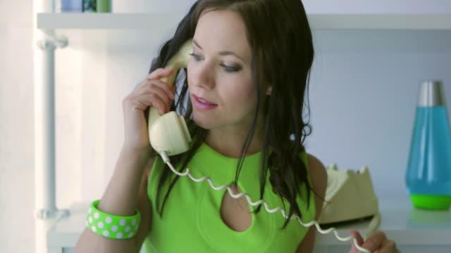 Retro phone girl        LI CM RO