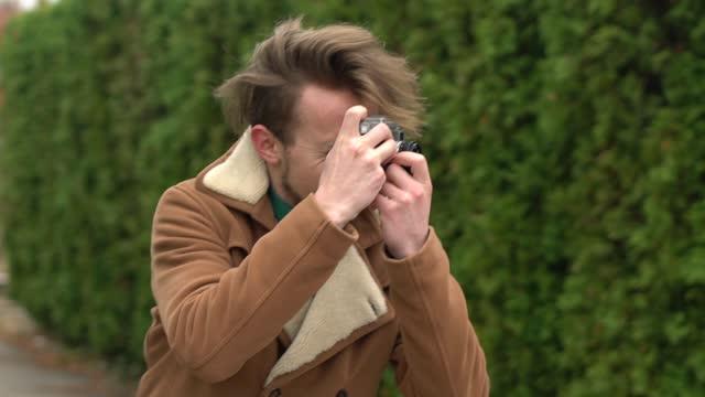 vídeos de stock, filmes e b-roll de fotógrafo retrô em ação - brown hair