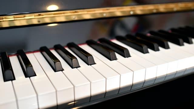 vídeos y material grabado en eventos de stock de teclado de piano retro instrumental con brillo brillante - tecla de piano