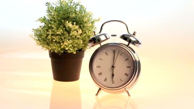 レトロなスタイルの目覚まし時計 - 大時計点の映像素材/bロール