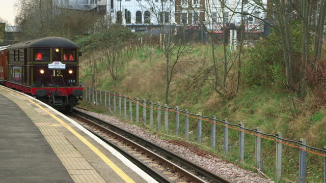 vídeos de stock e filmes b-roll de ws retro styled train arriving at railroad station, greater london / london, england, united kingdom - número 12