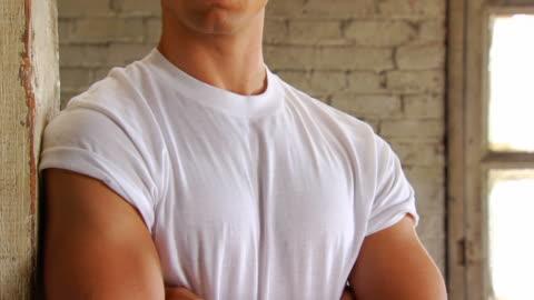 retro stilvolle mann zeigt selbstvertrauen - 10 sekunden oder länger stock-videos und b-roll-filmmaterial