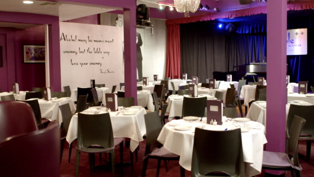 vidéos et rushes de ts retro supper club dolly from lounge area and bar to dining room and stage with grand piano - déjeuner