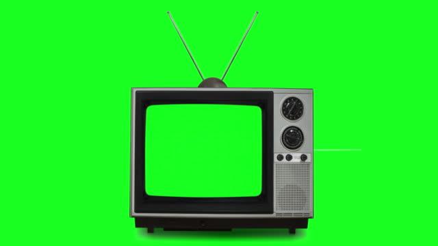 クロマキーの内部スクリーンとクロマキーの背景rcaを備えたレトロなテレビ - 空白の画面点の映像素材/bロール