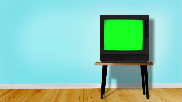retro-fernseher mit chroma-key-bildschirm im blauen raum mit kopierraum mod - fernsehbranche stock-videos und b-roll-filmmaterial