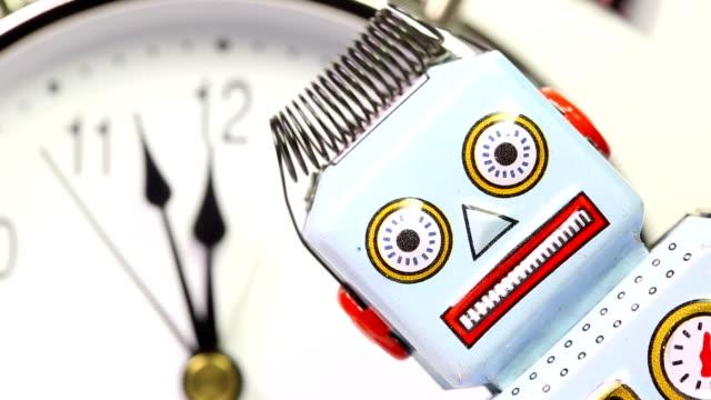 vidéos et rushes de robot avec horloge rétro tin - countdown