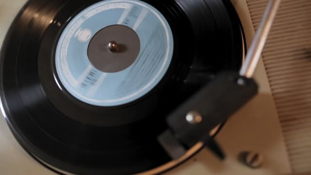 retro turntable spinning vinyl record und playing music - stereoanlage stock-videos und b-roll-filmmaterial