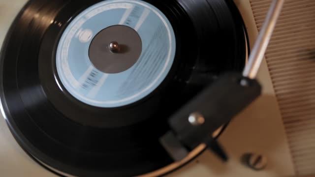 stockvideo's en b-roll-footage met retro draaitafel spinnen vinyl opnemen en afspelen van muziek - stereo