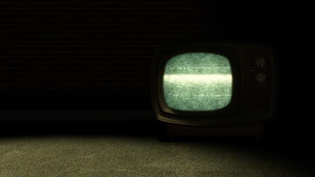 vídeos y material grabado en eventos de stock de retro con estática de televisión - pared