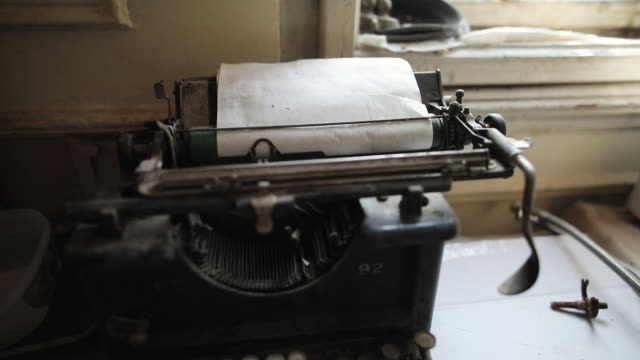 vídeos de stock e filmes b-roll de retro typewriter on vintage desk - jornalista