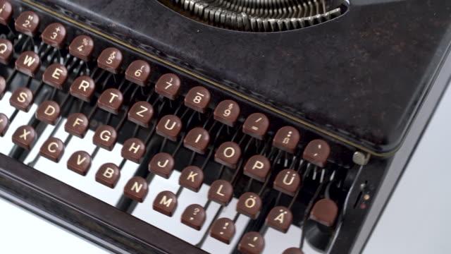 4k retro & vintage stil schreibmaschine im studio mit dolly - geschichtlich stock-videos und b-roll-filmmaterial