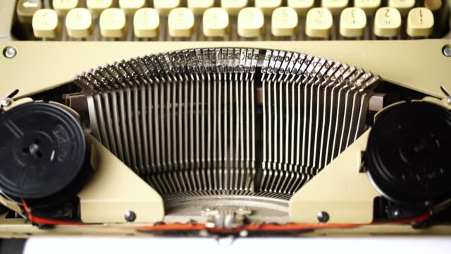 vídeos de stock, filmes e b-roll de 4 k retro & em estúdio com dolly, máquina de escrever estilo vintage - secretária