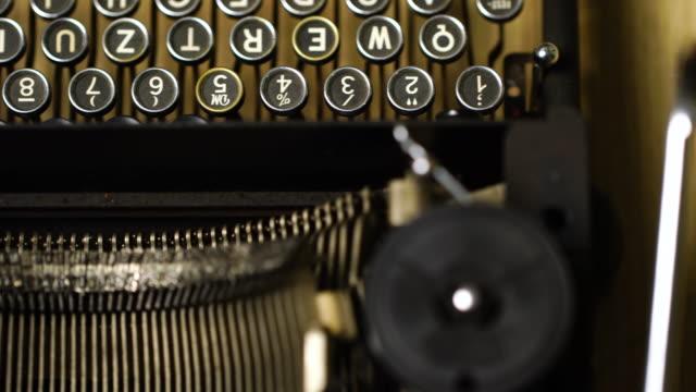 macchina da scrivere 4k retro & vintage in studio con dolly - archivista video stock e b–roll