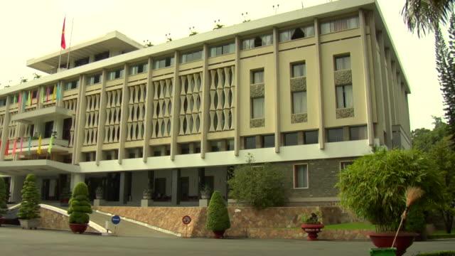 vídeos de stock, filmes e b-roll de pan ms reunification palace, formerly independence palace / ho chi minh city, vietnam - palácio