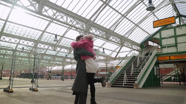 riunione alla stazione ferroviaria - arrivo video stock e b–roll