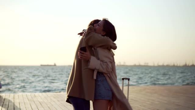 vídeos de stock e filmes b-roll de reunion with a best friend - bagagem