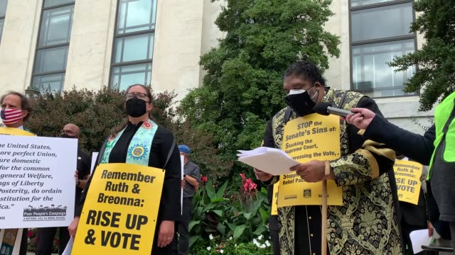 vídeos y material grabado en eventos de stock de rev. dr. william barber speaks to the media during the remember ruth & breonna: rise up & vote pray in on capitol hill on september 29, 2020 in... - las américas