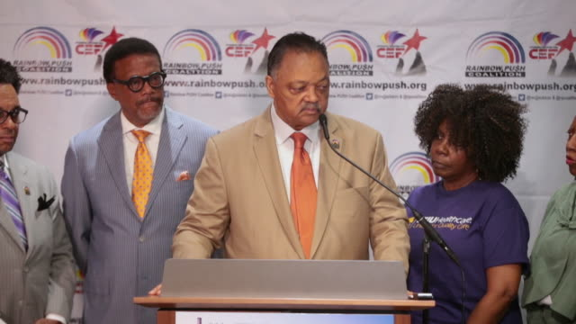 vídeos de stock e filmes b-roll de rev jesse jackson speaks to the press before the start of the rainbow push coalition annual international convention's labor luncheon on june 28 2019... - coligação