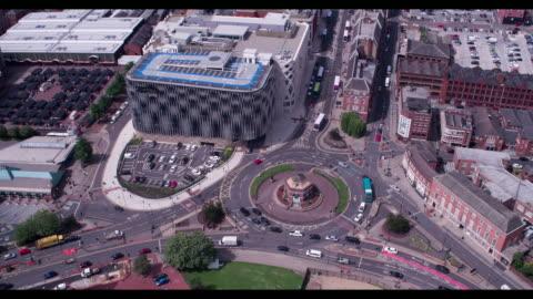 vídeos y material grabado en eventos de stock de reveal of leeds city centre - drone footage - leeds